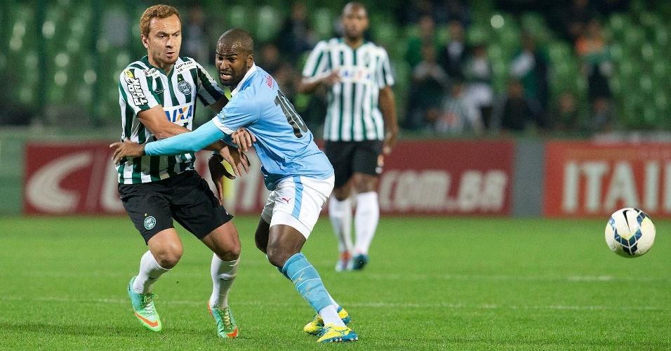 Zé Eduardo, do Coritiba, disputa espaço com Reniê, do Paysandu, durante o jogo no Couto Pereira