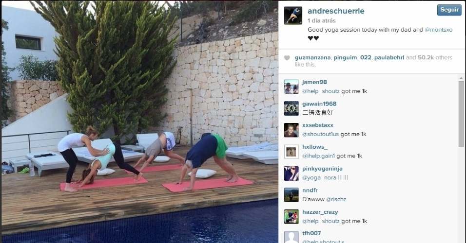André Schurrle aproveita o calor para fazer yoga na beira da piscina