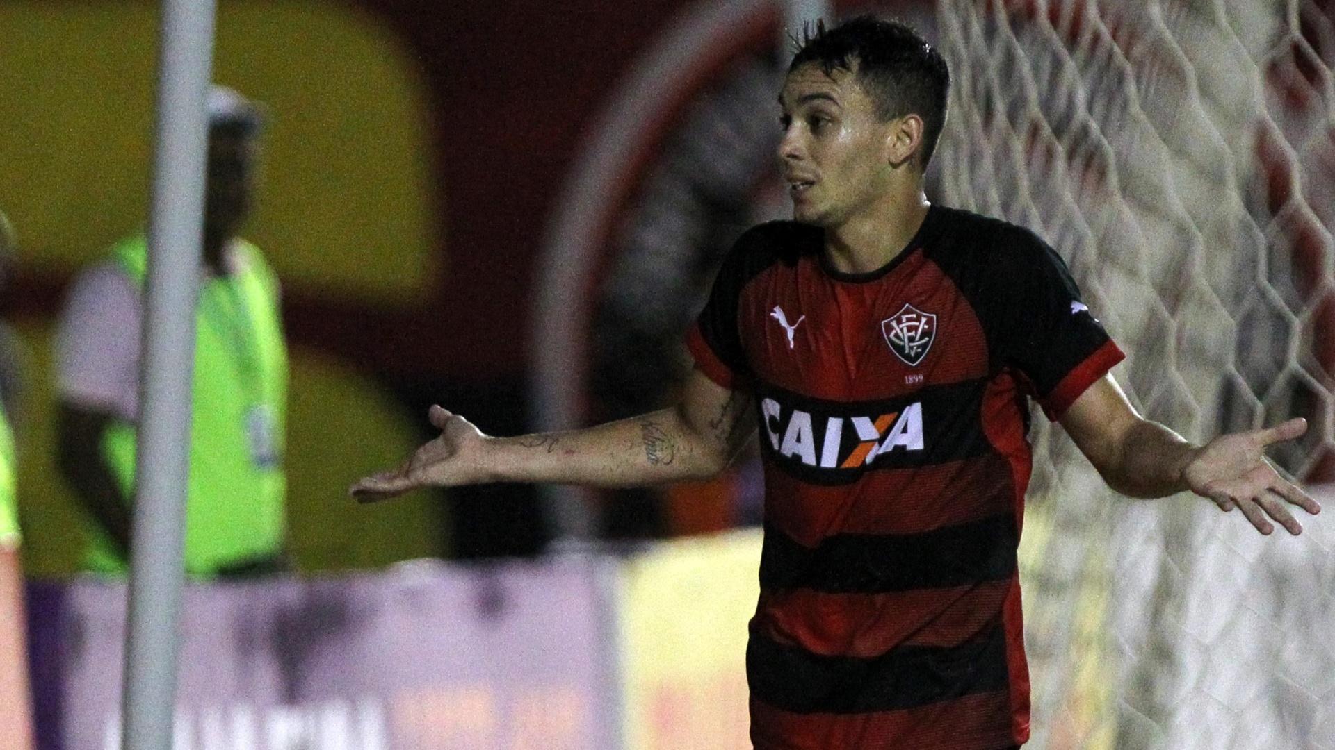 02.ago.2014 - Caio comemora o segundo gol do Vitória contra o Grêmio, pelo Brasileirão