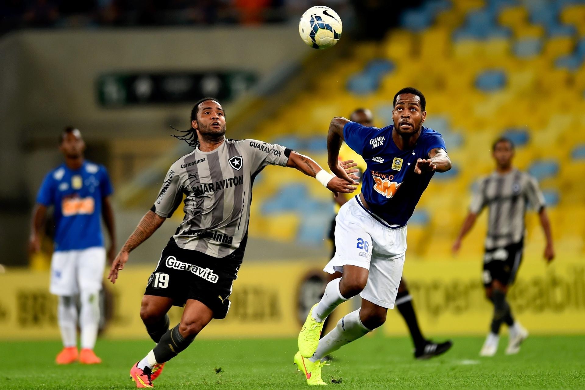 02.ago.2014 - Carlos Alberto, do Botafogo, e Dedé, do Cruzeiro, brigam pela bola no Maracanã, pelo Brasileirão