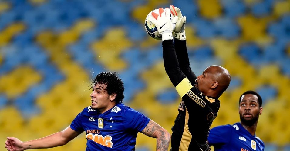 02.ago.2014 - Goleiro Jefferson sobe para fazer defesa durante o empate entre Botafogo e Cruzeiro