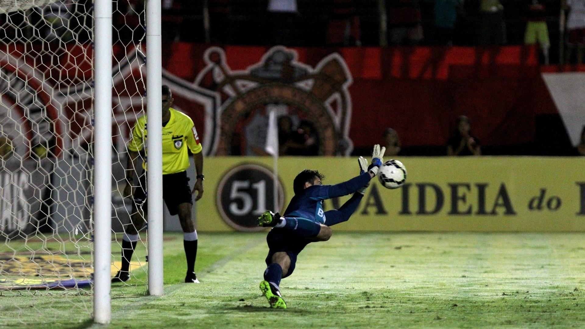 02.ago.2014 - Marcelo Grohe até defendeu pênalti, mas Caio aproveitou o rebote e marcou o segundo do Vitória contra o Grêmio, pelo Brasileirão