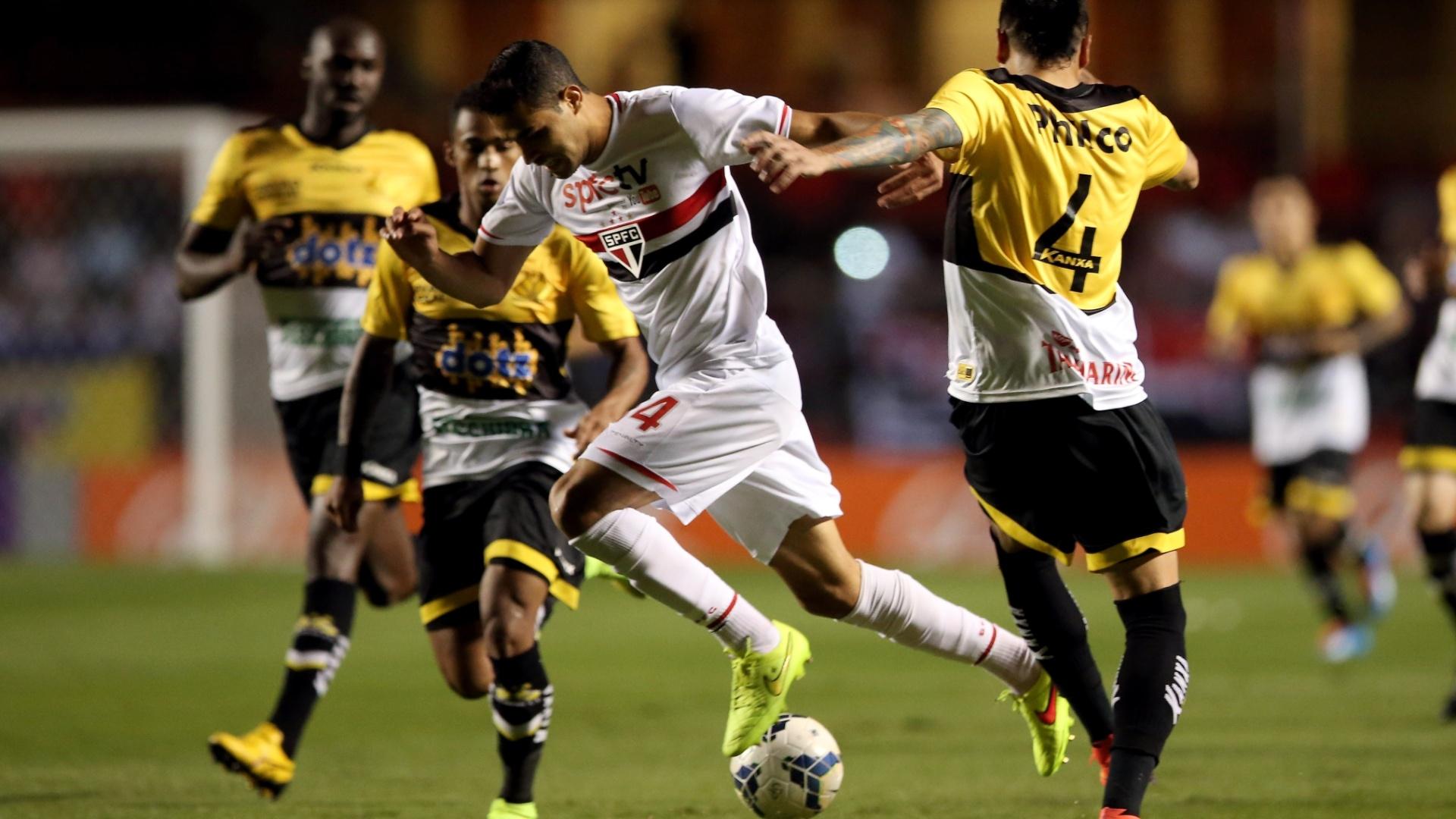 Alan Kardec se livra da marcação do Criciúma no jogo do São Paulo