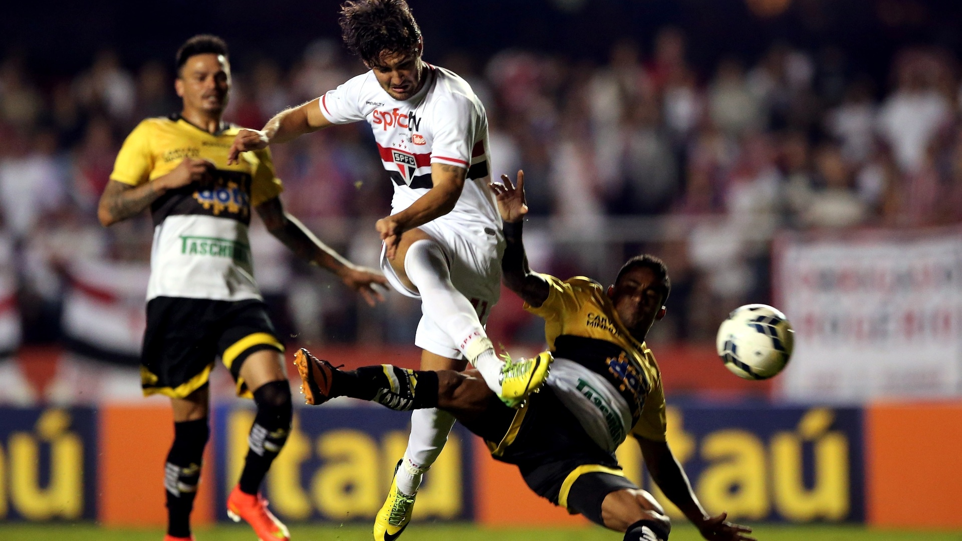 Alexandre Pato tem finalização bloqueada em partida entre São Paulo e Criciúma