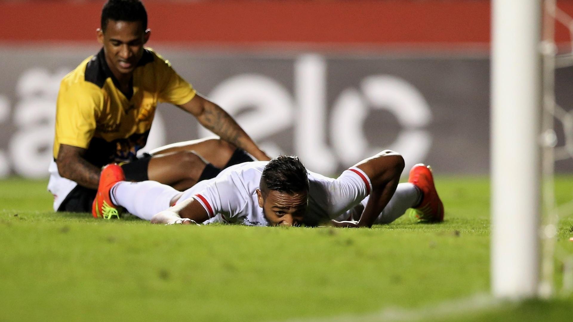 Alvaro Pereira fica caído no gramado após choque com jogador do Criciúma em jogo do São Paulo