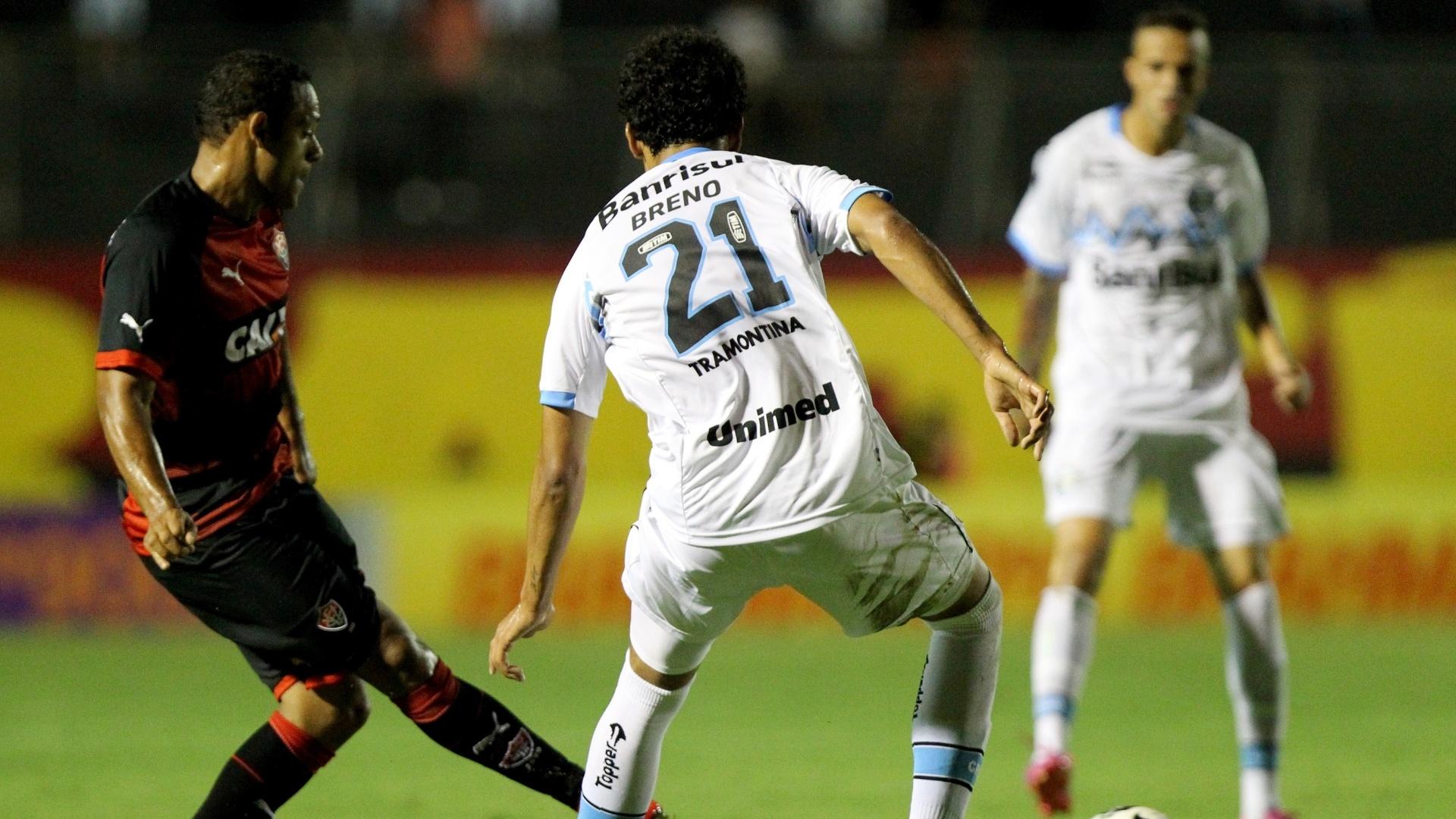 02.ago.2014 - Marcinho, do Vitória, encara a marcação do gremista Breno durante o jogo válido pelo Brasileirão