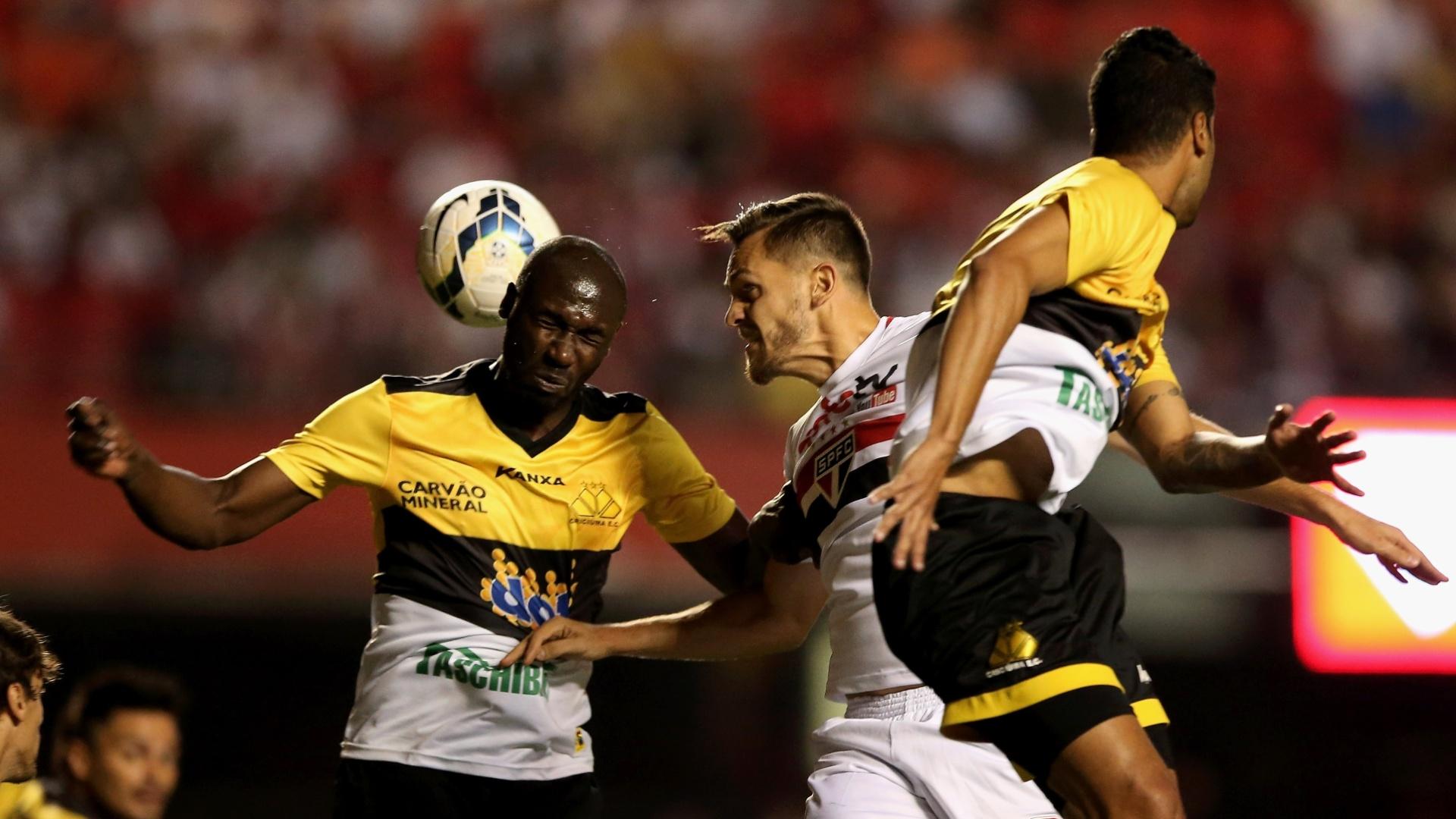 Rafael Tolói tenta de cabeça marcar para o São Paulo contra o Criciúma