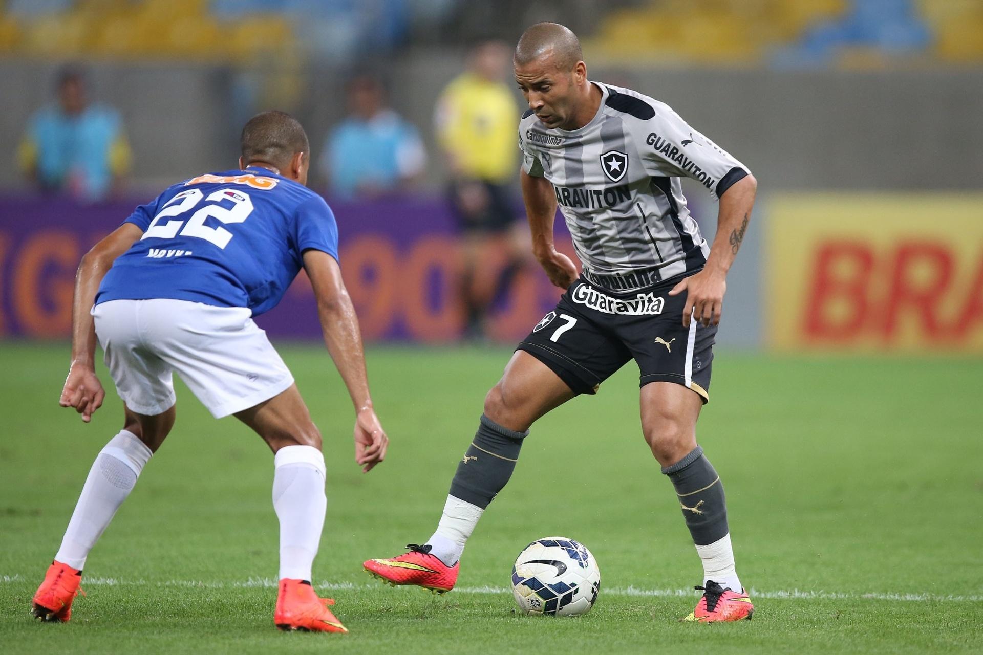 02.ago.2014 - Sheik encara a marcação do Cruzeiro em jogo do Botafogo pelo Brasileirão