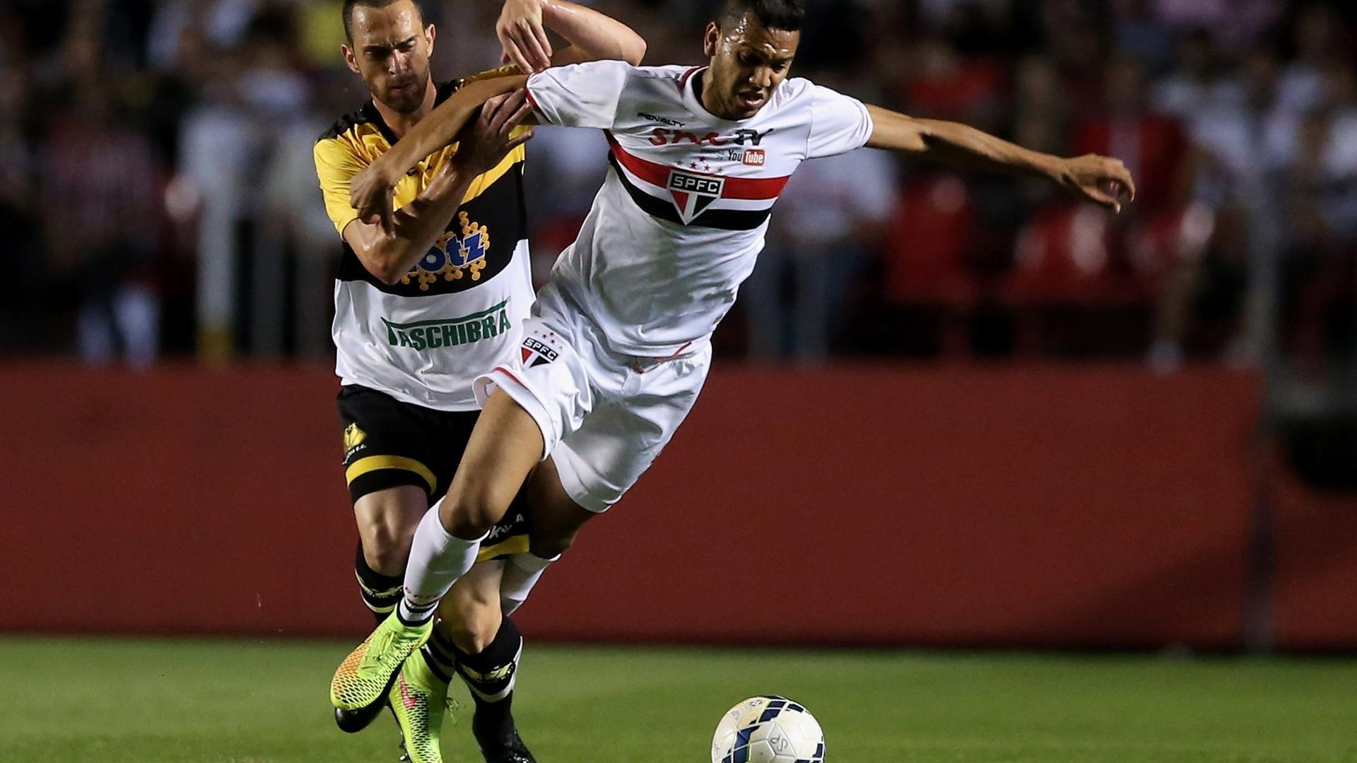 Souza escapa da marcação do Criciúma em jogo do São Paulo pelo Brasileirão