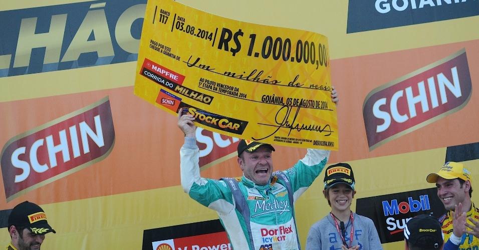03.ago.2014 - Rubéns Barrichello comemora no pódio após vencer a Corrida do Milhão, em seu primeiro triunfo na Stock Car