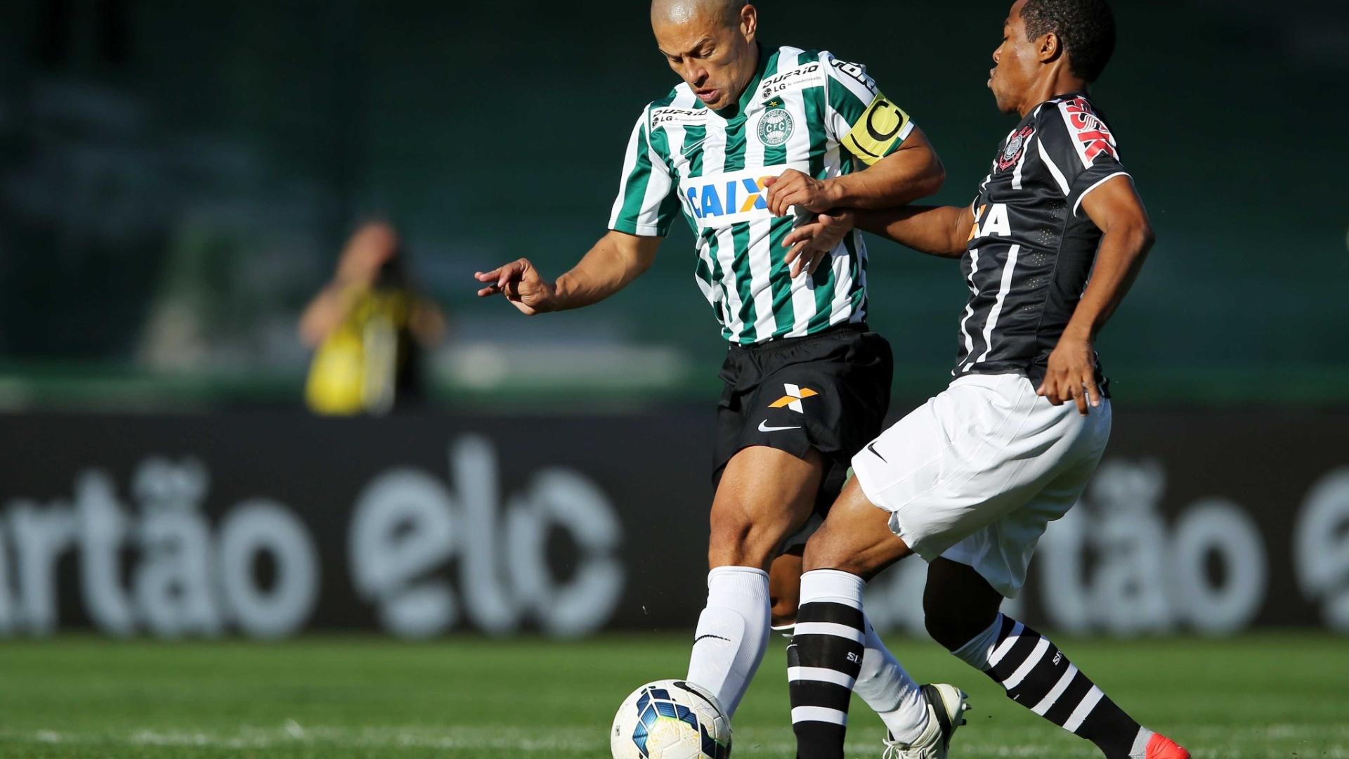 Alex encara a marcação de Elias no jogo entre Corinthians e Coritiba