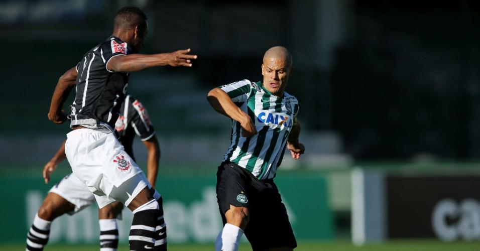 Alex tenta encarar a marcação de Cléber na partida entre Coritiba e Corinthians