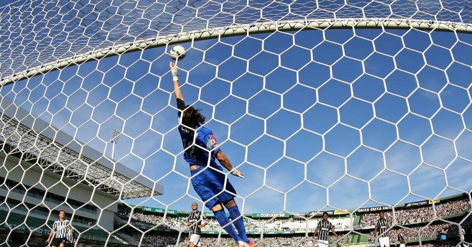 Cassio se estica e tenta evitar o gol do Coritiba em jogo do Corinthians pelo Brasileirão