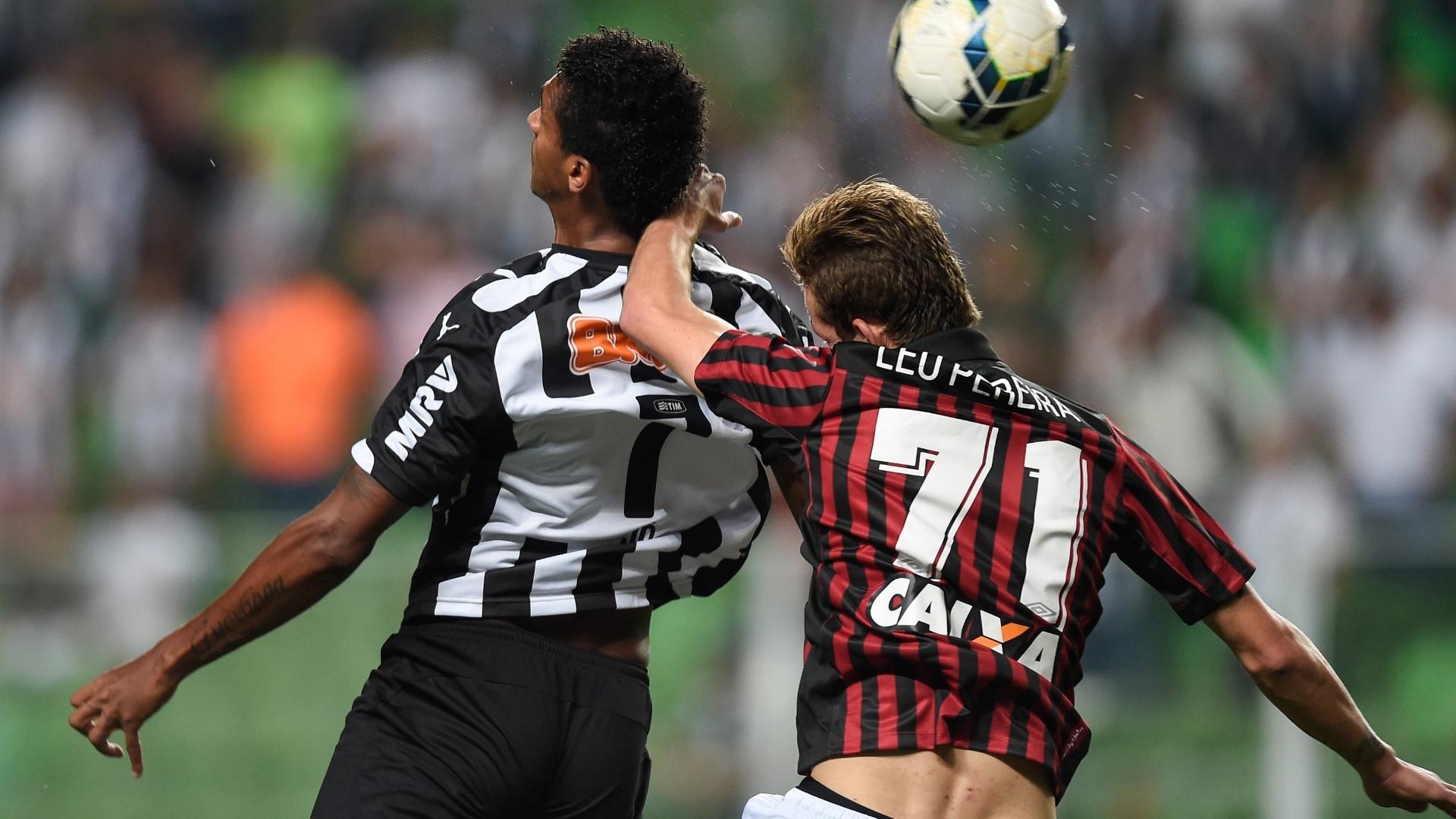 Jô disputa a bola de cabeça na partida entre Atlético-MG e Atlético-PR