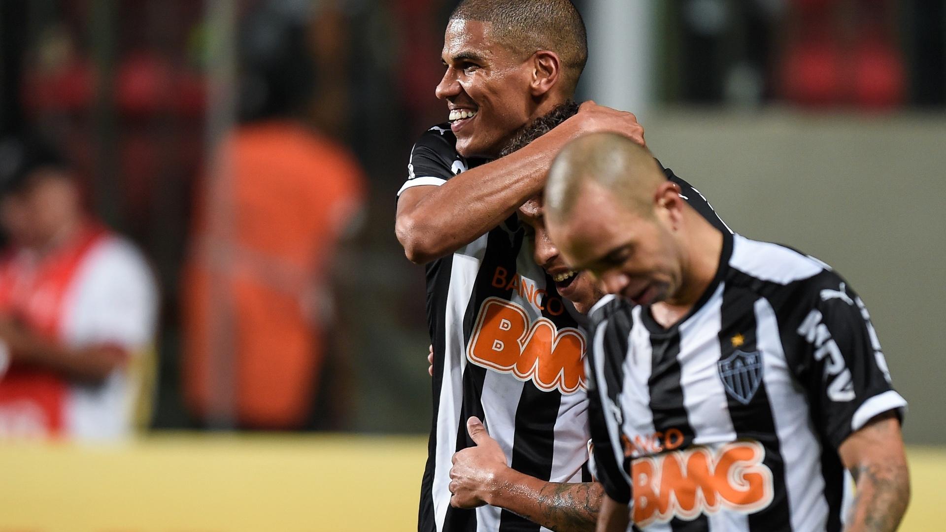 Leonardo Silva abraça jogadores do Atlético-MG após marcar contra o Atlético-PR