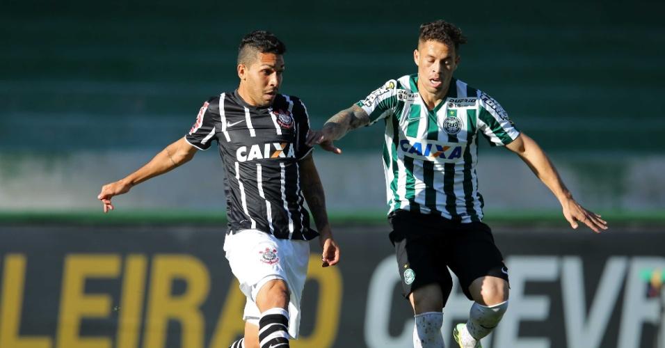 Petros e Baraka disputam bola na partida entre Coriitba e Corinthians pelo Brasileirão