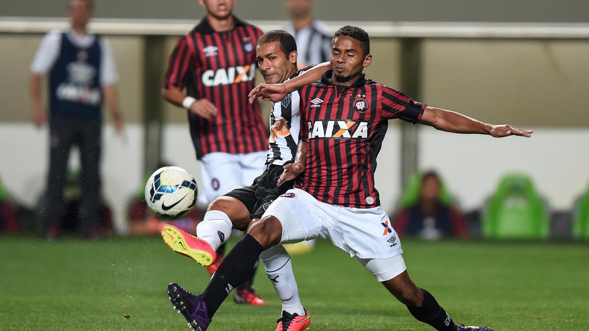 Pierre e Deivid disputam bola no jogo entre Atlético-PR e Atlético-MG