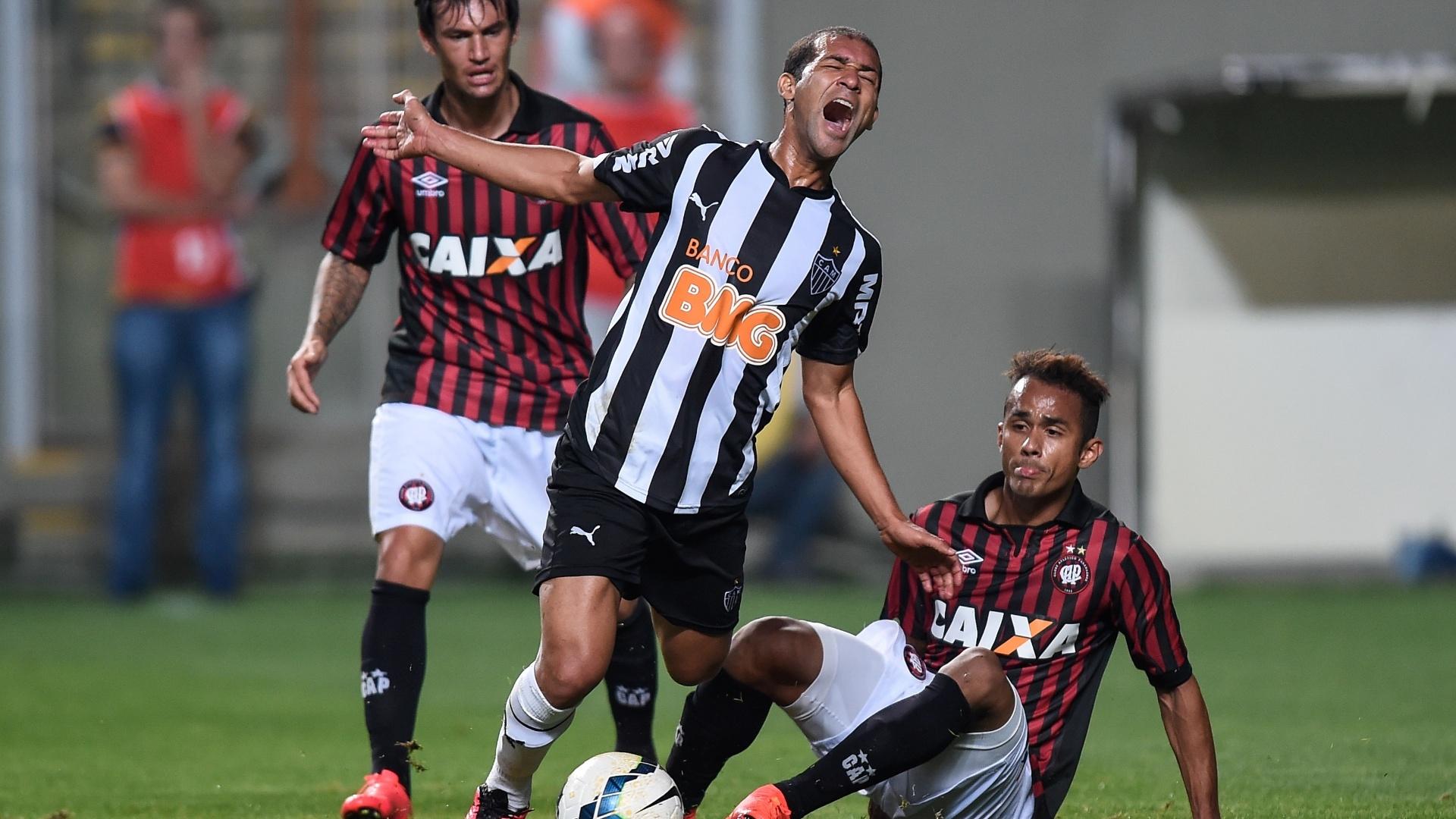 Pierre é derrubado por marcador do Atlético-PR em jogo do Atlético-MG