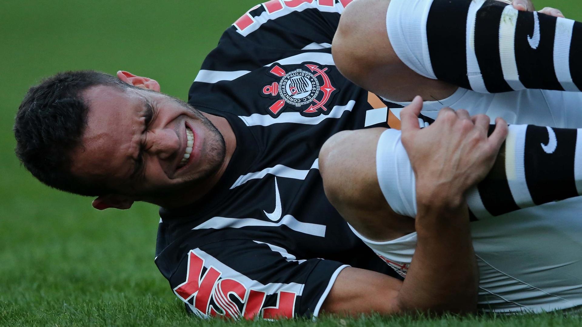 Renato Augusto fica caído no gramado após ser atingido por um adversário no jogo entre Corinthians e Coritiba