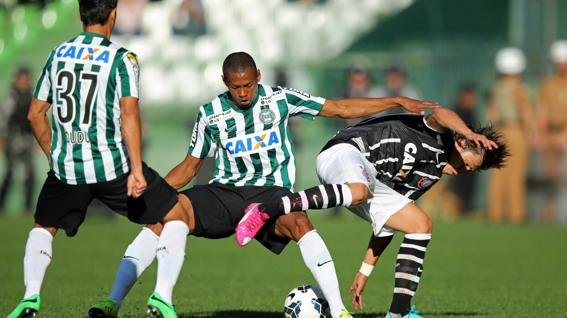 Romero tenta se livrar da marcação do Coritiba no jogo do Corinthians