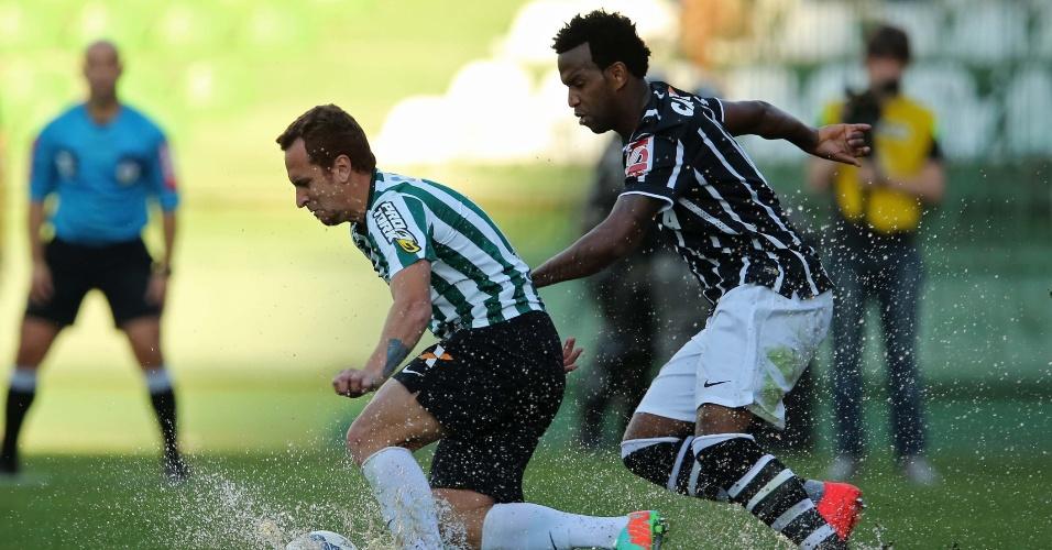 Zé Love encara a marcação do zagueiro Gil na partida entre Coritiba e Corinthians pelo Brasileirão