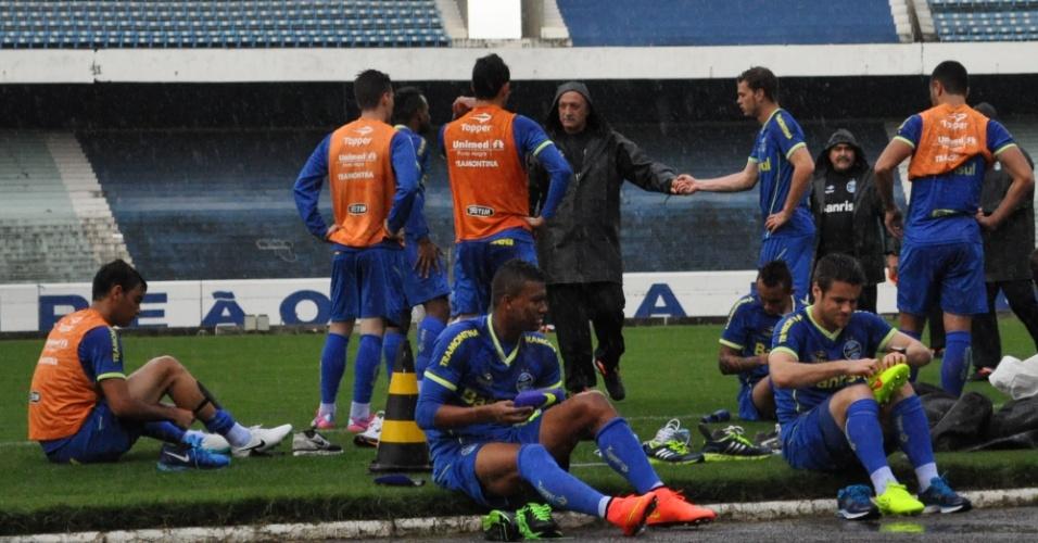 04 ago 2014 - Felipão cumprimenta jogadores do Grêmio em primeiro treinamento no time