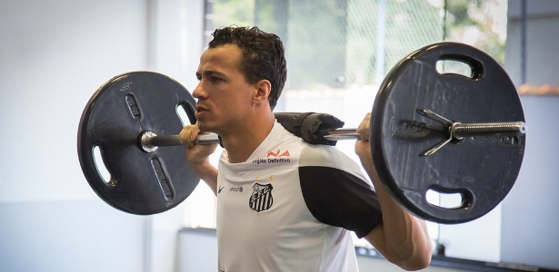 Damião faz trabalho físico no Santos, em registro de 2014