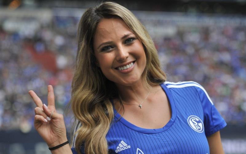 Repórter mexicana Vanessa Huppenkothen, uma das musas da Copa, rouba a cena em jogo do Schalke, na Alemanha