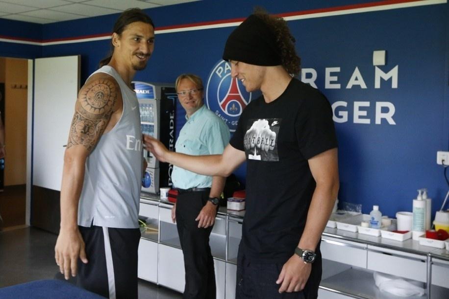 David Luiz é recebido por Ibrahimovic em seu primeiro treino com no Paris Saint-Germain. O zagueiro brasileiro chegou ao clube francês como o defensor mais caro do mundo