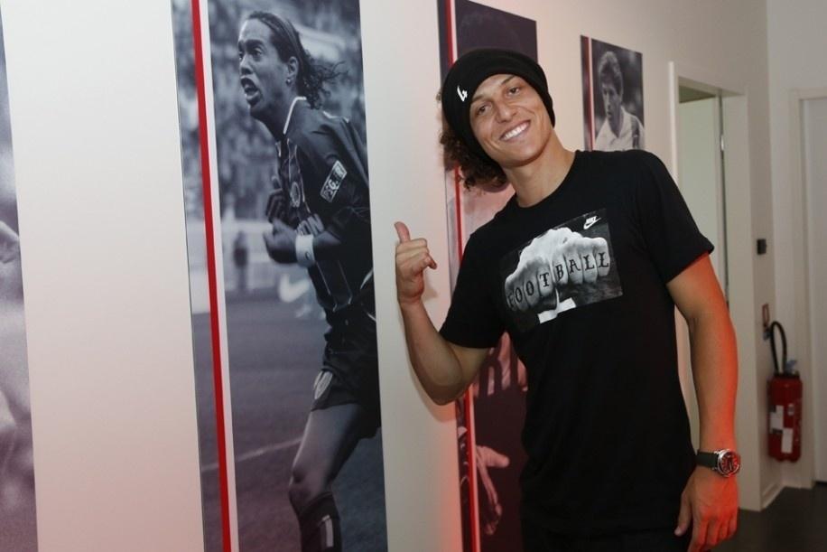 Em seu primeiro contato com o CT do PSG, David Luiz posou ao lado do quadro de Ronaldinho Gaúcho