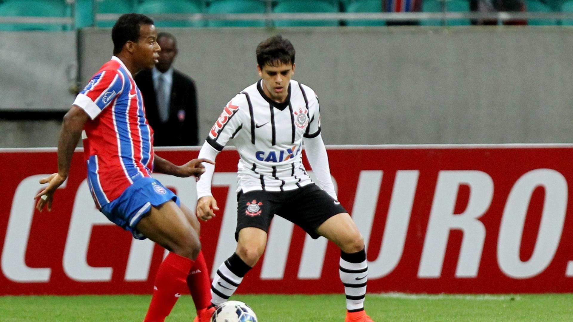 Fagner atento na marcação do jogador do Bahia em jogo do Corinthians pela Copa do Brasil