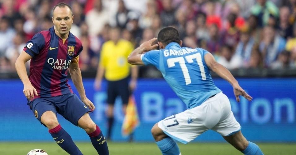 Iniesta, capitão do Barcelona, tenta jogada durante o amistoso com o Napoli