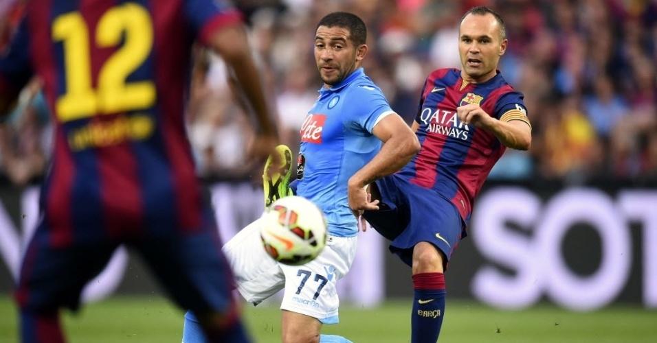 Iniesta, principal jogador do Barcelona no amistoso com o Napoli, toca a bola durante o duelo