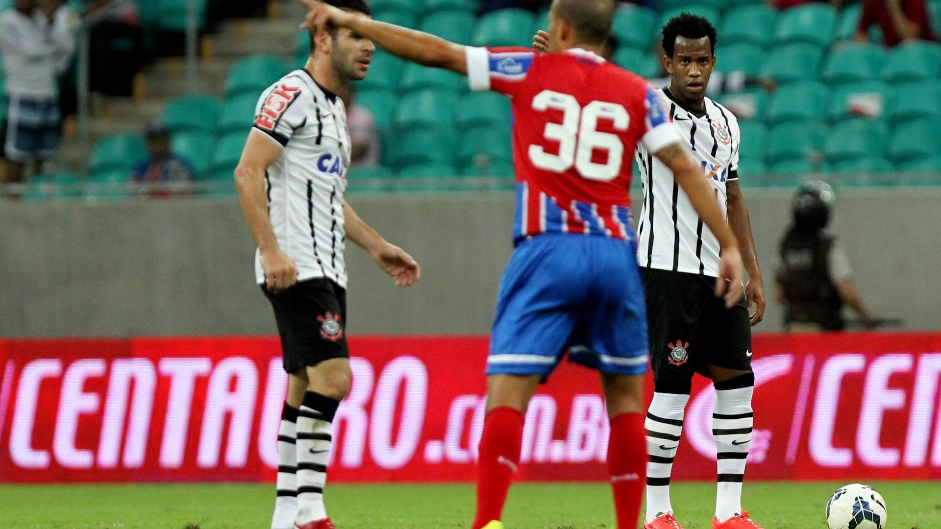 Léo Gago orienta time do Bahia antes da cobrança de falta do Corinthians pela Copa do Brasil