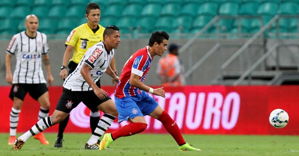 Ralf tenta evitar que a bola chegue ao atleta do Bahia em jogo do Corinthians pela Copa do Brasil