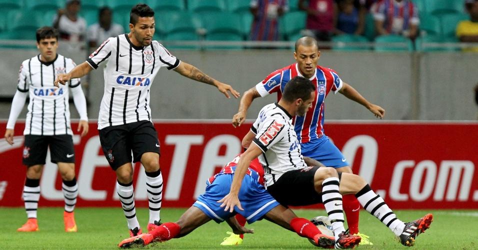Renato Augusto cai após dividida com jogador do Bahia em jogo do Corinthians pela Copa do Brasil
