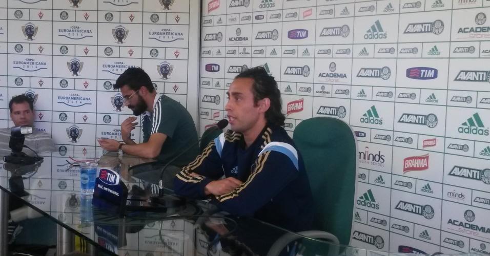 07.ago.2014 - Valdivia concede entrevista coletiva e explica negociação frustrada com árabes
