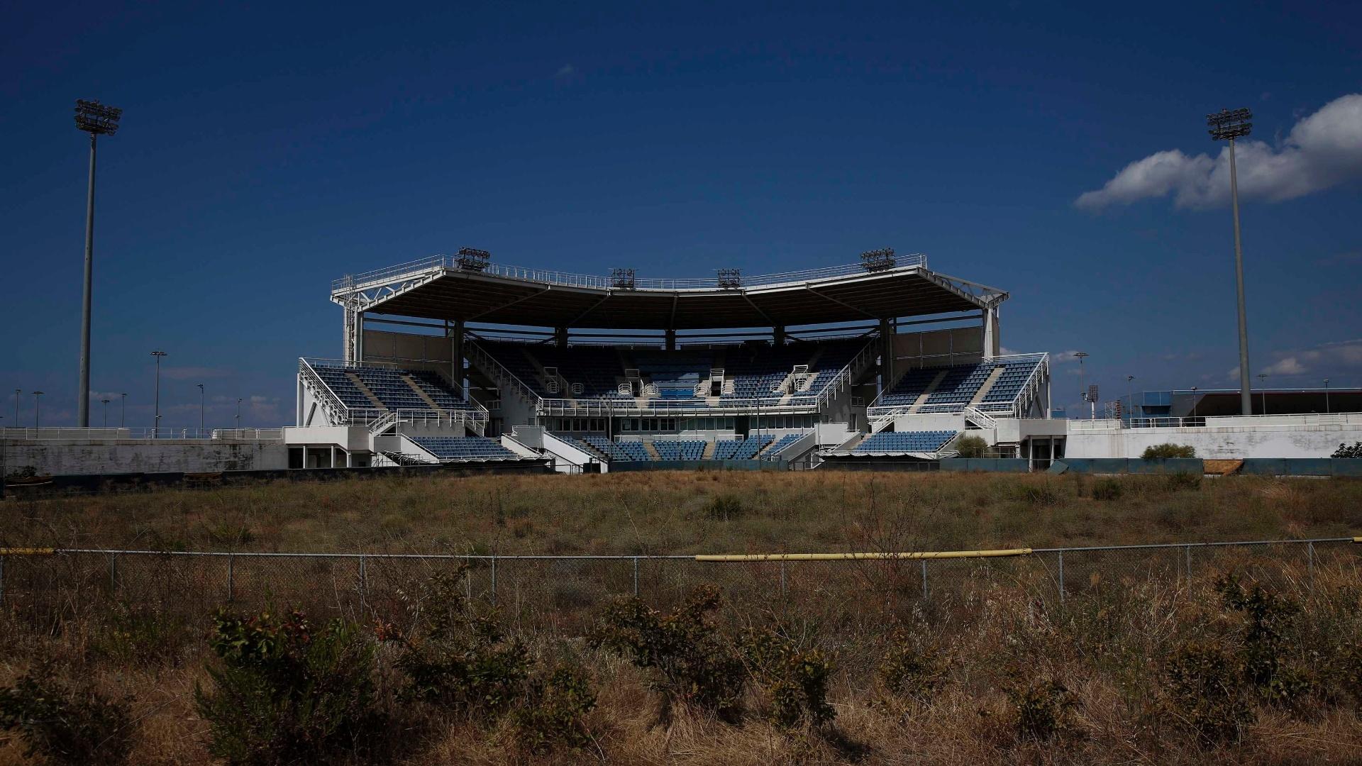 16.jul.2014 - Estádio que sediou os jogos de softbol é outra das estruturas usadas na Olimpíada de Atenas que está totalmente abandonada
