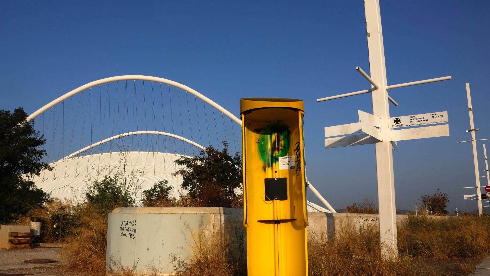 25.jul.2014 - Foto mostra telefone público no complexo olímpico de Atenas totalmente destruído 10 anos após a realização dos Jogos na capital grega