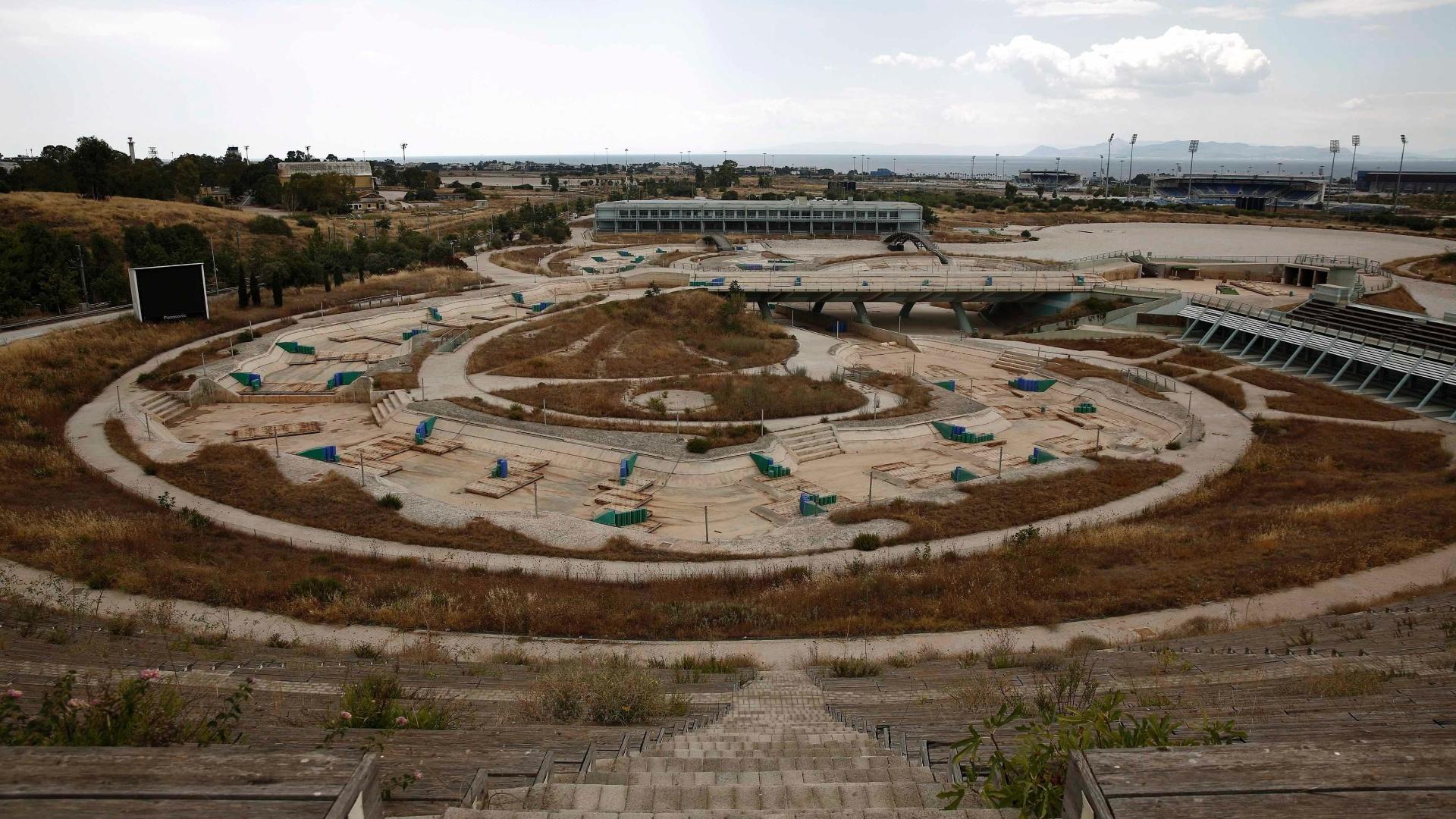 25.jul.2014 - O espaço que abrigou as competições de canoagem nos Jogos Olímpicos de Atenas está sem água e totalmente abandonado 10 anos após a realização do evento