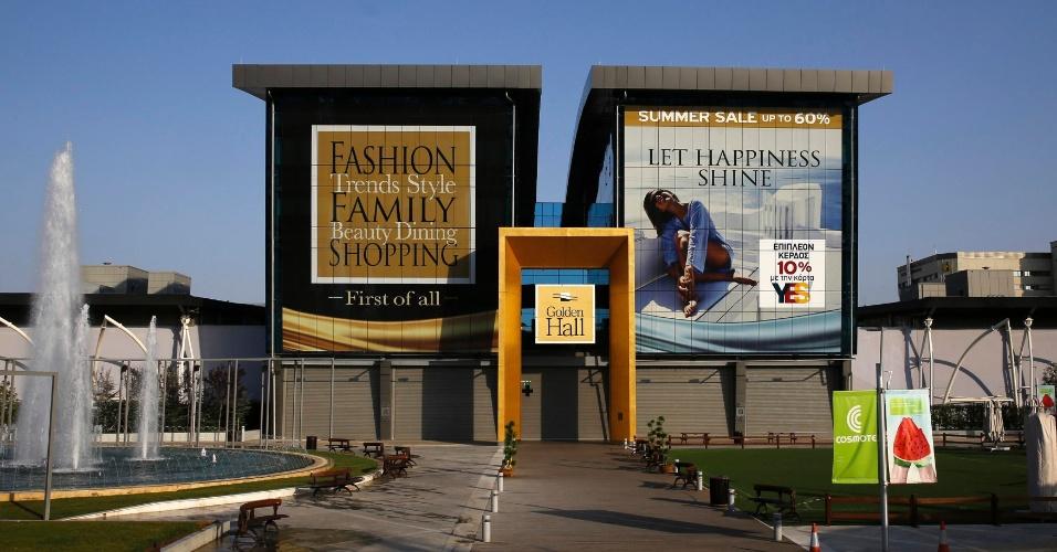 27.jul.2014 - Dez anos após a realização dos Jogos Olímpicos de Atenas, o Centro de Mídia do evento abriga um shopping center
