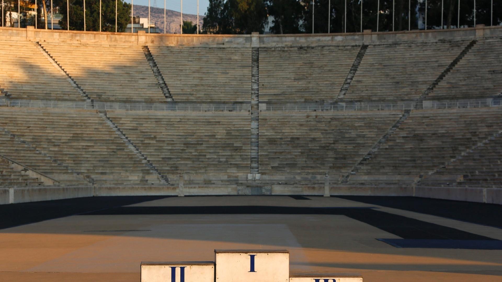 29.jul.2014 - Foto mostra um pódio usado nos Jogos Olímpicos de Atenas no Estádio Panathinaikon, uma das sedes utilizadas durante o evento. Dez anos depois, quase todas as estruturas que abrigaram provas estão abandonadas