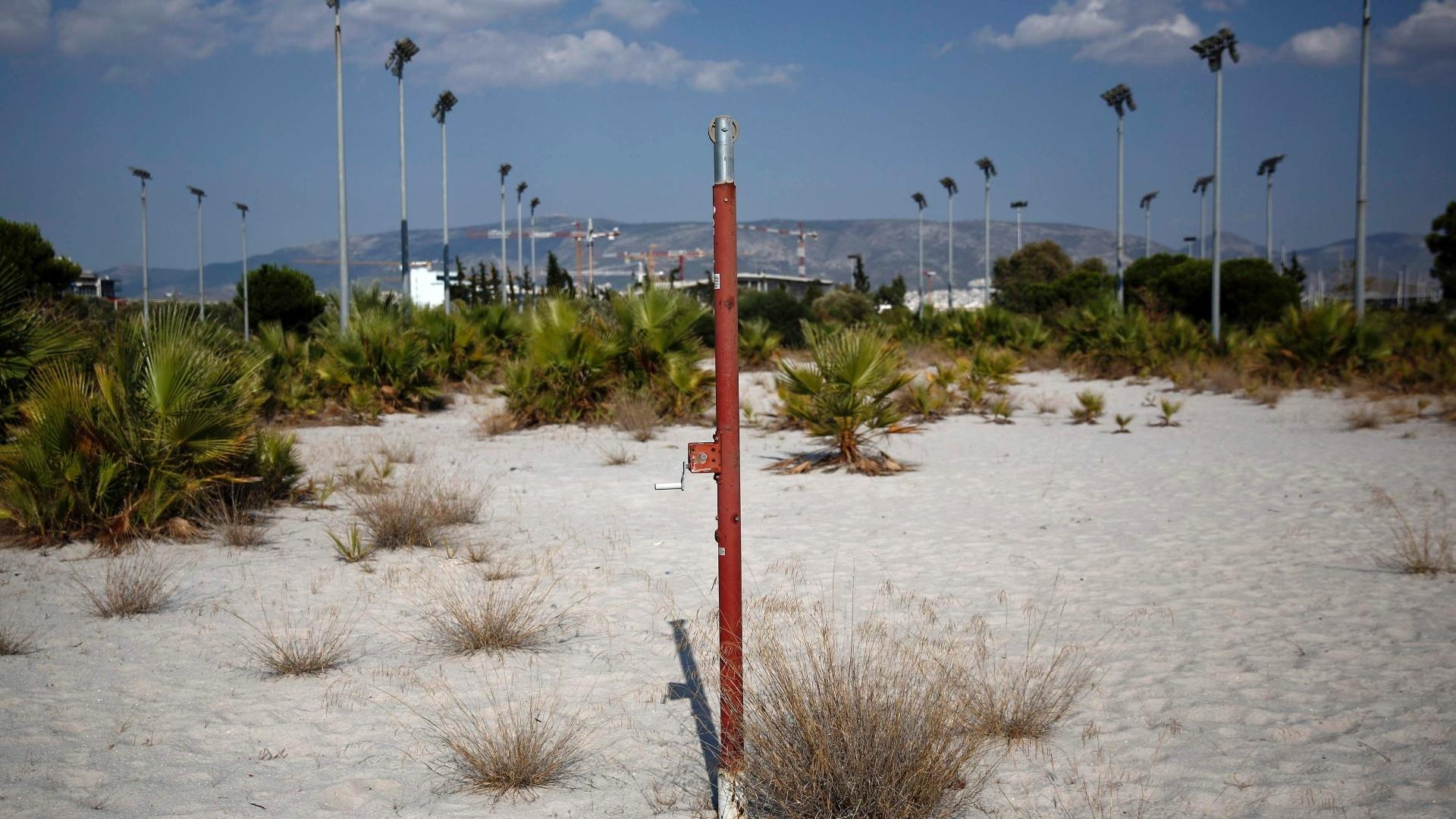 29.jul.2014 - Uma das estruturas usadas nos Jogos Olímpicos de Atenas que estão totalmente abandonadas hoje é o centro de vôlei de praia. A quadra principal e os campos de treinamento estão inutilizados