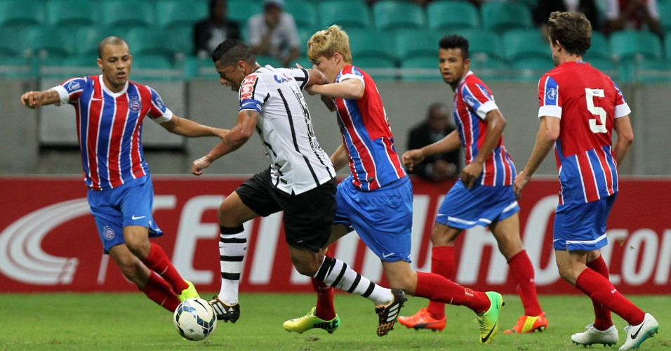 Cercado por jogadores do Bahia, Ralf briga pela bola