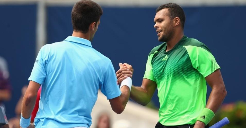 Djokovic cumprimenta Tsonga após ser derrotado pelo francês em Toronto