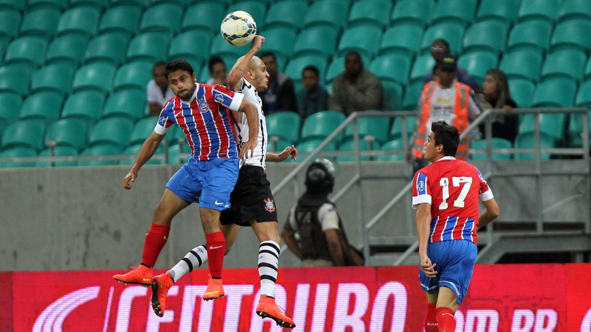 Maxi Biancucchi e Fábio Santos disputam bola