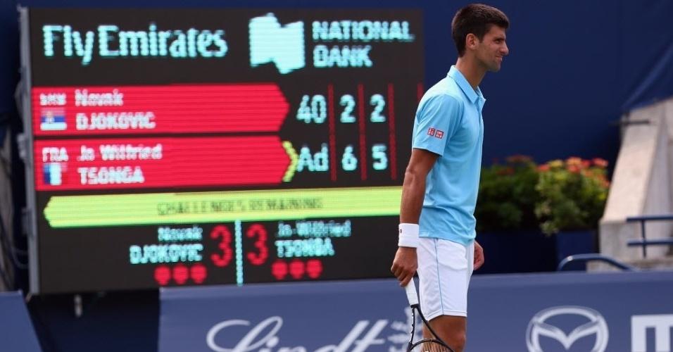 Novak Djokovic faz cara de preocupado um ponto antes de ser derrotado por Tsonga em Toronto