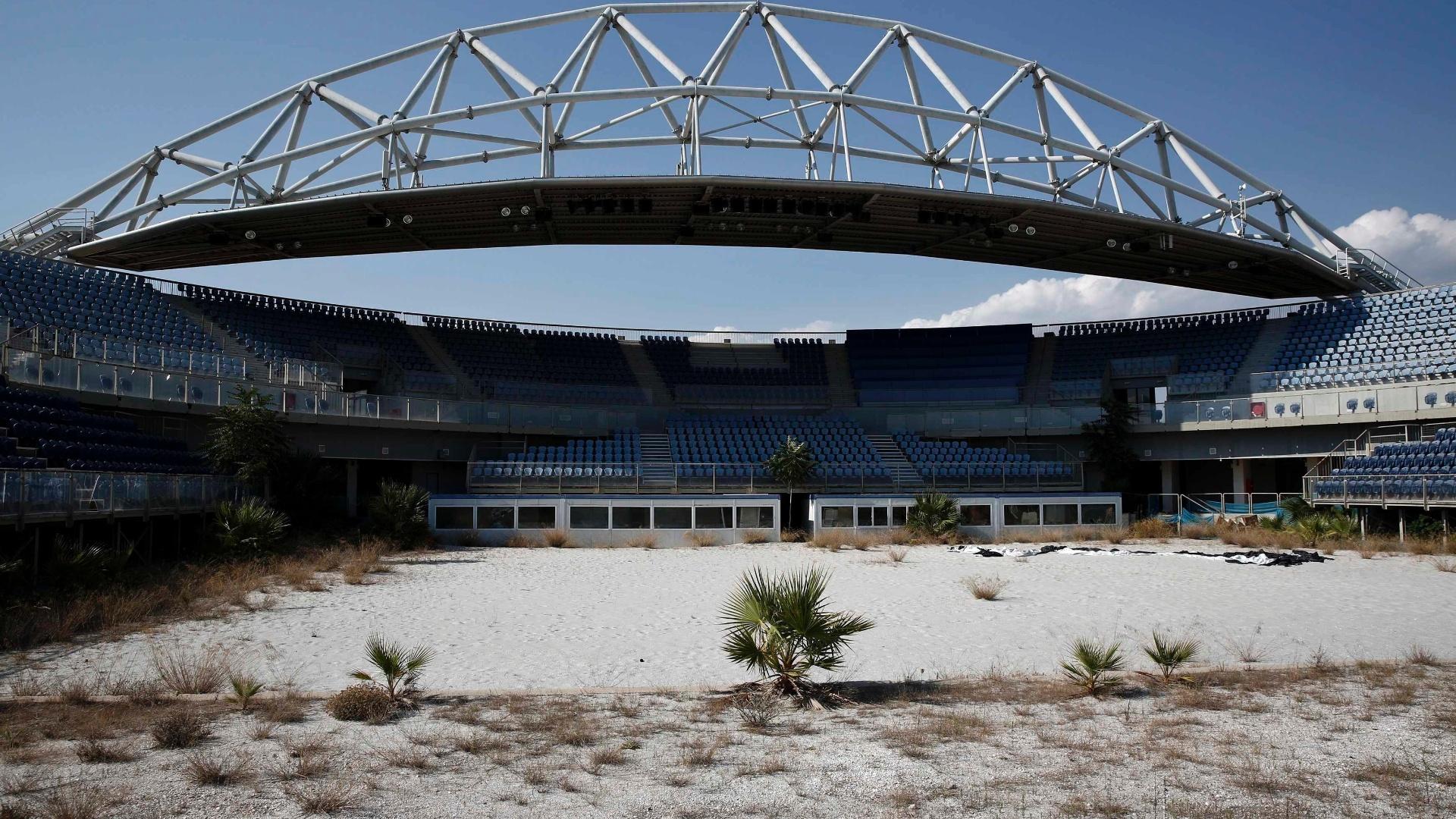 25.jul.2014 - O vôlei de praia foi uma das modalidades que mais fizeram sucesso nos Jogos Olímpicos de Atenas, mas 10 anos depois do evento, a arena que recebeu o esporte e foi palco do ouro dos brasileiros Ricardo e Emanuel está totalmente abandonada, com cadeiras quebradas e mato subindo