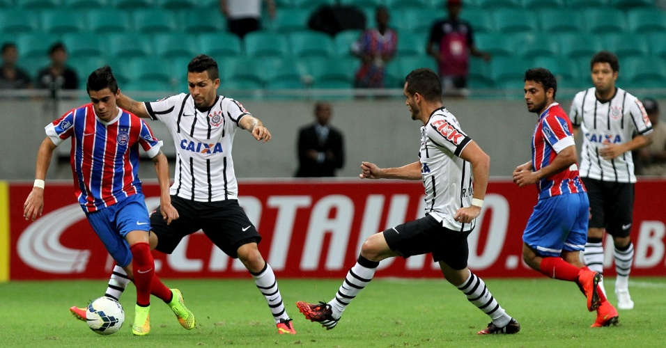 Petros tenta roubar bola do jogador do Bahia