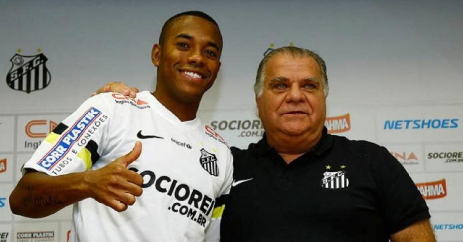 Robinho abraça Odílio Rodrigues em apresentação no Santos